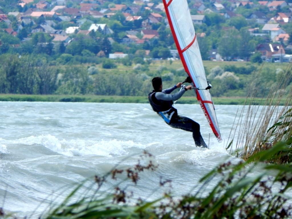 szörfözés segíthet a fogyásban)